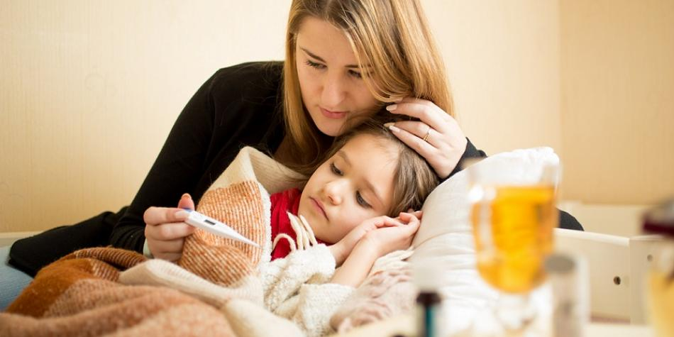 medre e hija con tos - Ayuda a tu hijo a lidiar con la tos o el resfriado