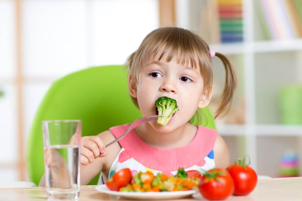 nina comiendo verduras - Ayuda a tu hijo a lidiar con la tos o el resfriado