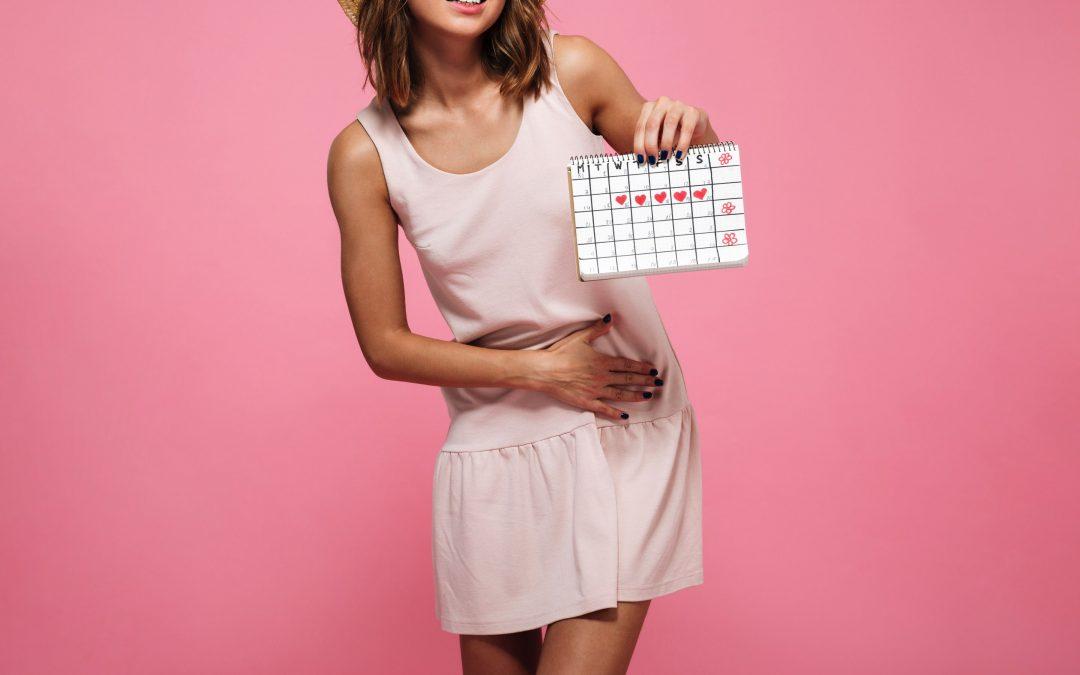 chica con calendario de periodo - Alivia tus cólicos menstruales