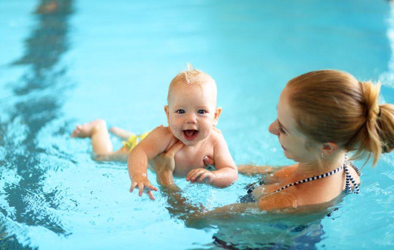 Madre e hijo nadando