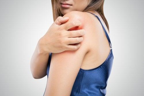 Mujer con comezón en brazo