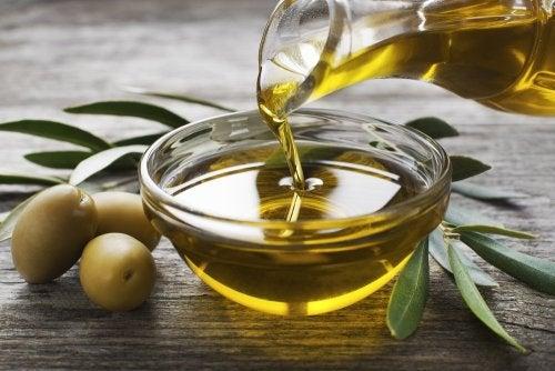 Aceite de oliva en tazón de vidrio