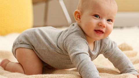 bebe boca abajo - Enséñale a tu bebé a gatear