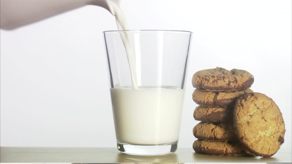 leche con galletas - Bebidas para aliviar el estrés