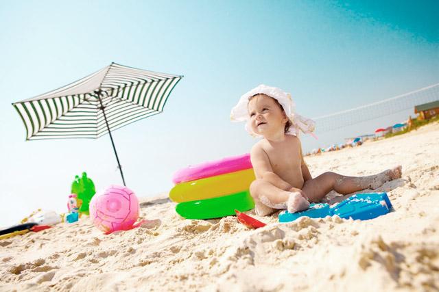 bebe en la arena - Cómo estar con tu bebé en la playa