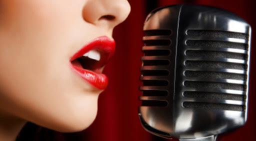 Chica con micrófono a punto de cantar bien