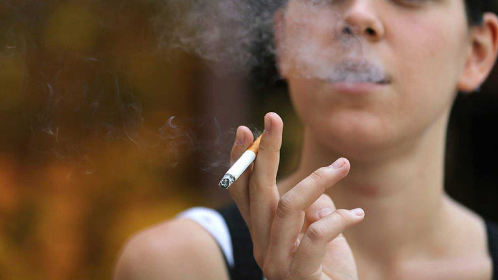 chica fumando 1024x576 - Malos hábitos que dañan tu salud