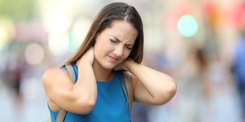 Chica con dolor de cuerpo