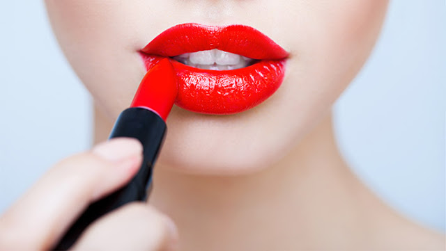 Chica usando un labial rojo