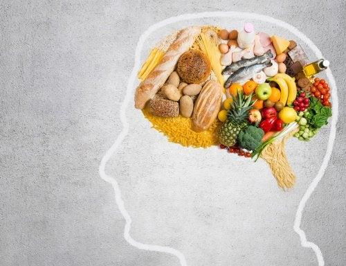 persona comiendo sano - Lleva una alimentación balanceada