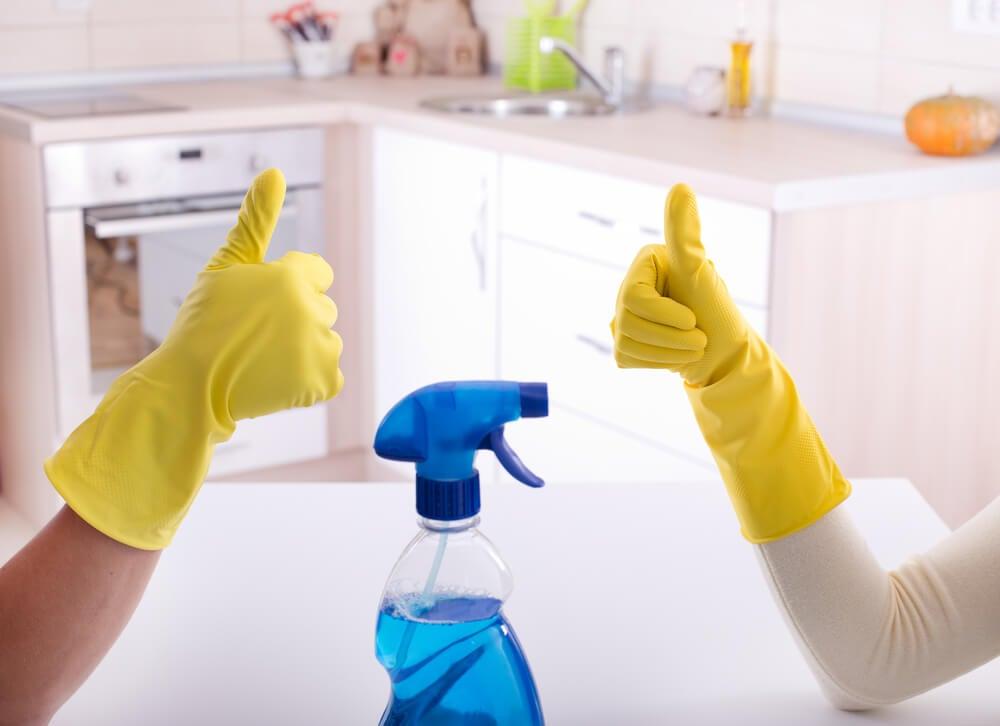 Personas limpiando su hogar
