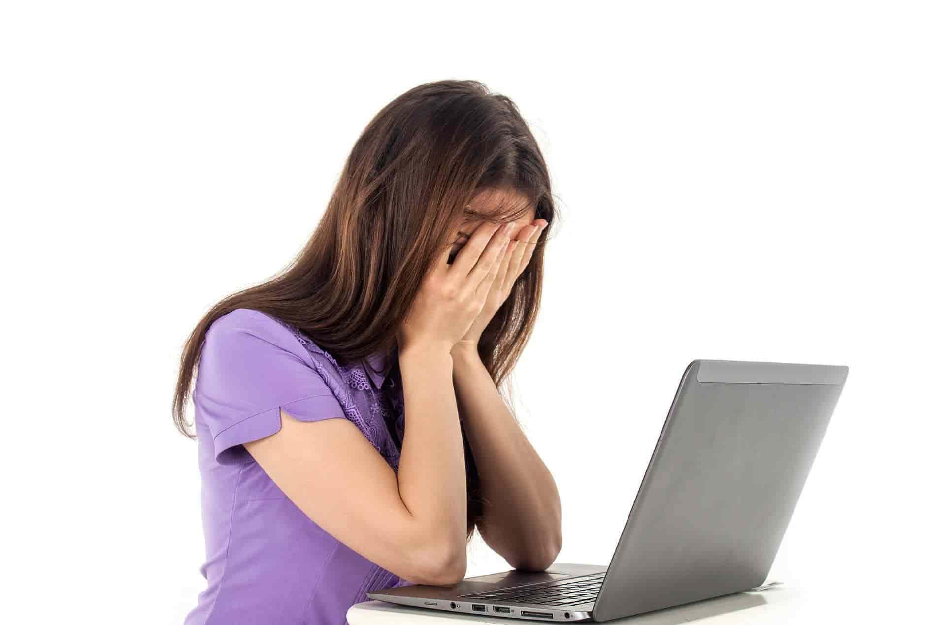 Chica angustiada haciendo Home Office