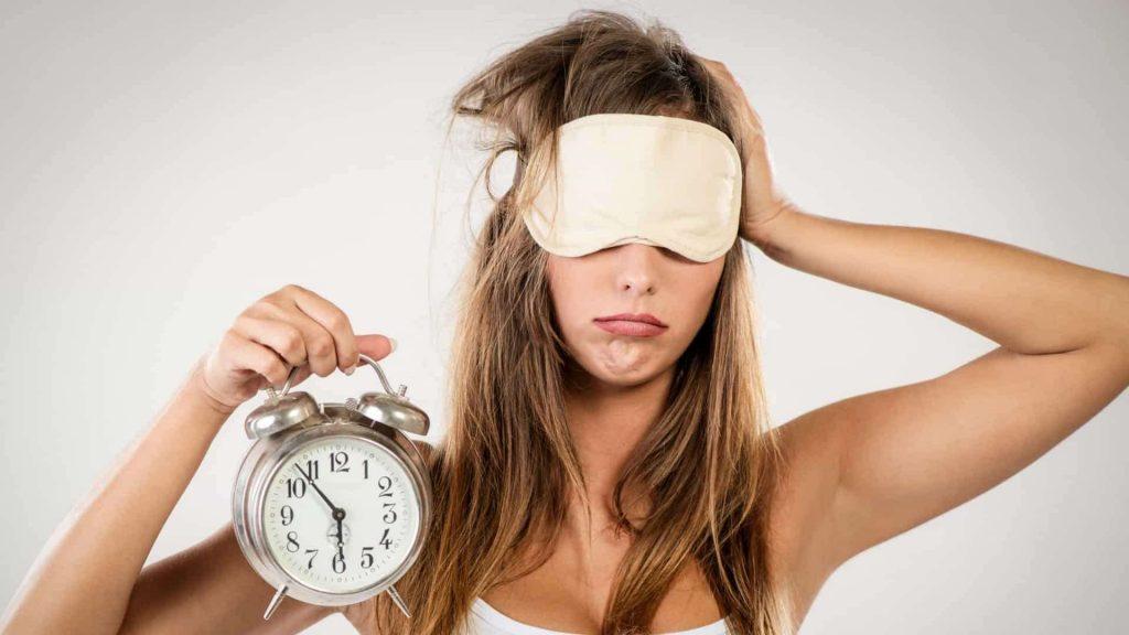 chica con reloj en mano 1024x576 - Combate el insomnio en cuarentena