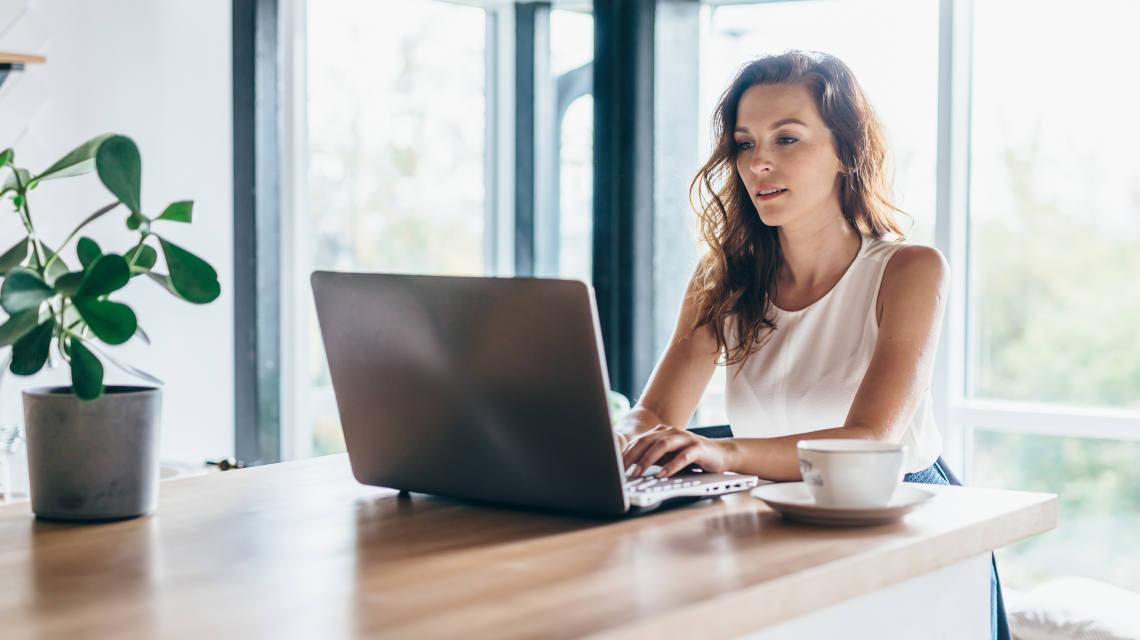 Chica trabajando en modalidad Home Office