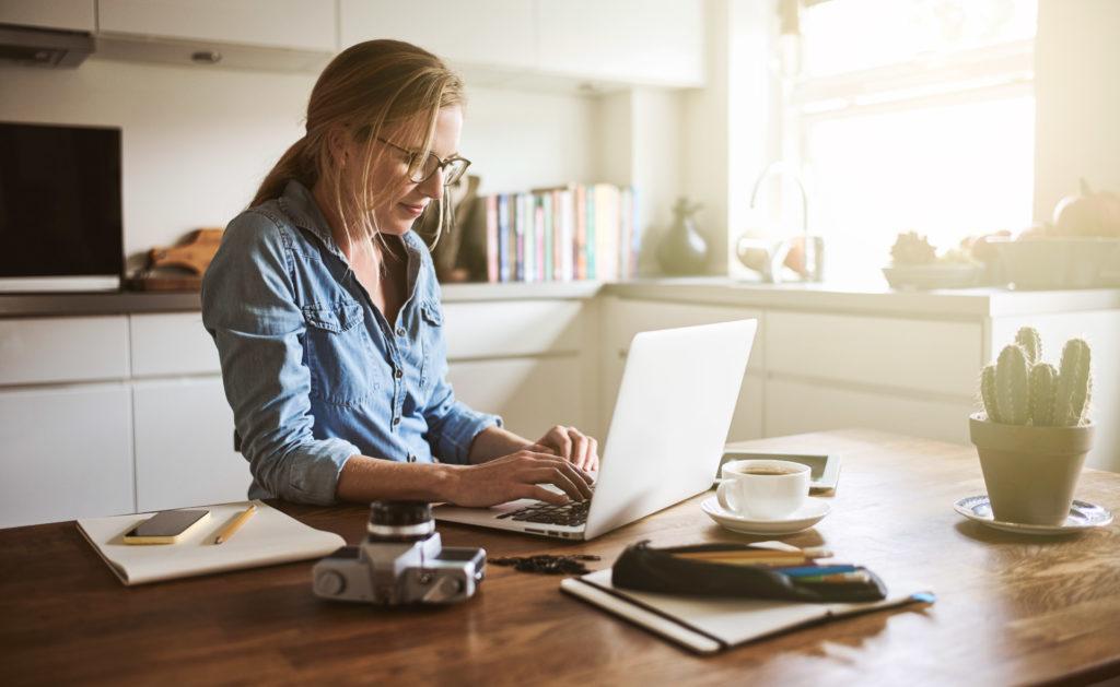 chica trabajando en casa - Arréglate si estás en Home Office