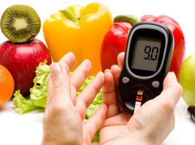 Comida y glucómetro midiendo el nivel de azúcar en la sangre
