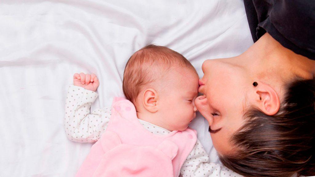 mama y bebes dormidos 1024x576 - Tips para una mamá en cuarentena