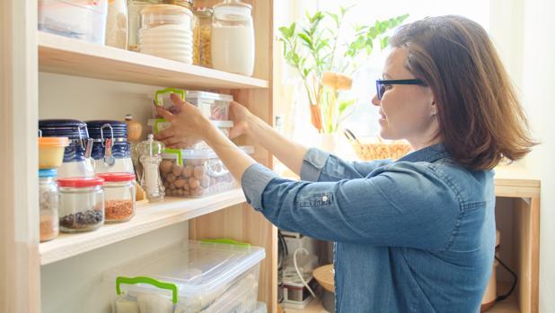 Mujer guardando cosas en la cuarentena