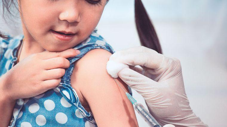 niña siendo inyectada - Vacunas necesarias para todo niño