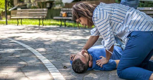 persona ayudando a chico - Consejos en primeros auxilios