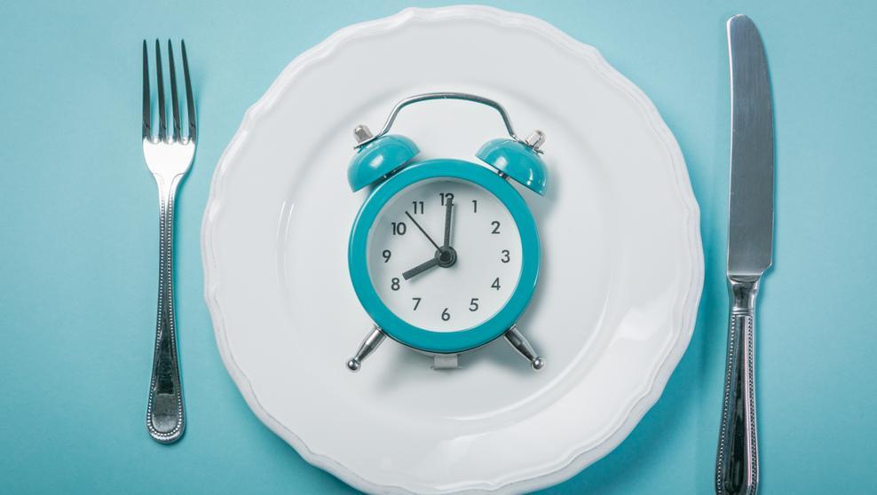 reloj en plato - El home office no daña tu salud