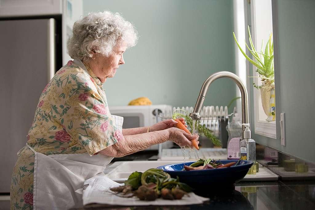 senora lavando comida - Cómo comprar durante la cuarentena