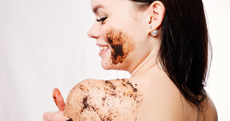 chica cuidando su piel - Aprende a usar bien un exfoliante