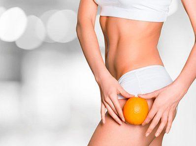 Chica con una naranja usando ropa interior blanca