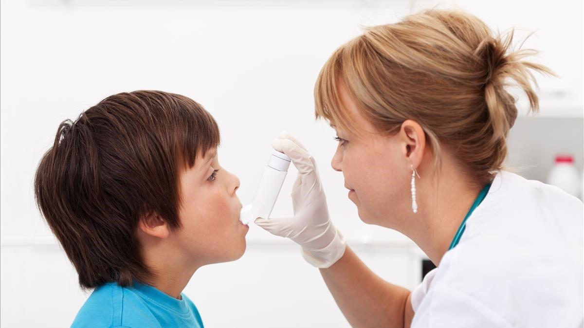 doctora con nino con asma - Cómo controlar el asma en niños