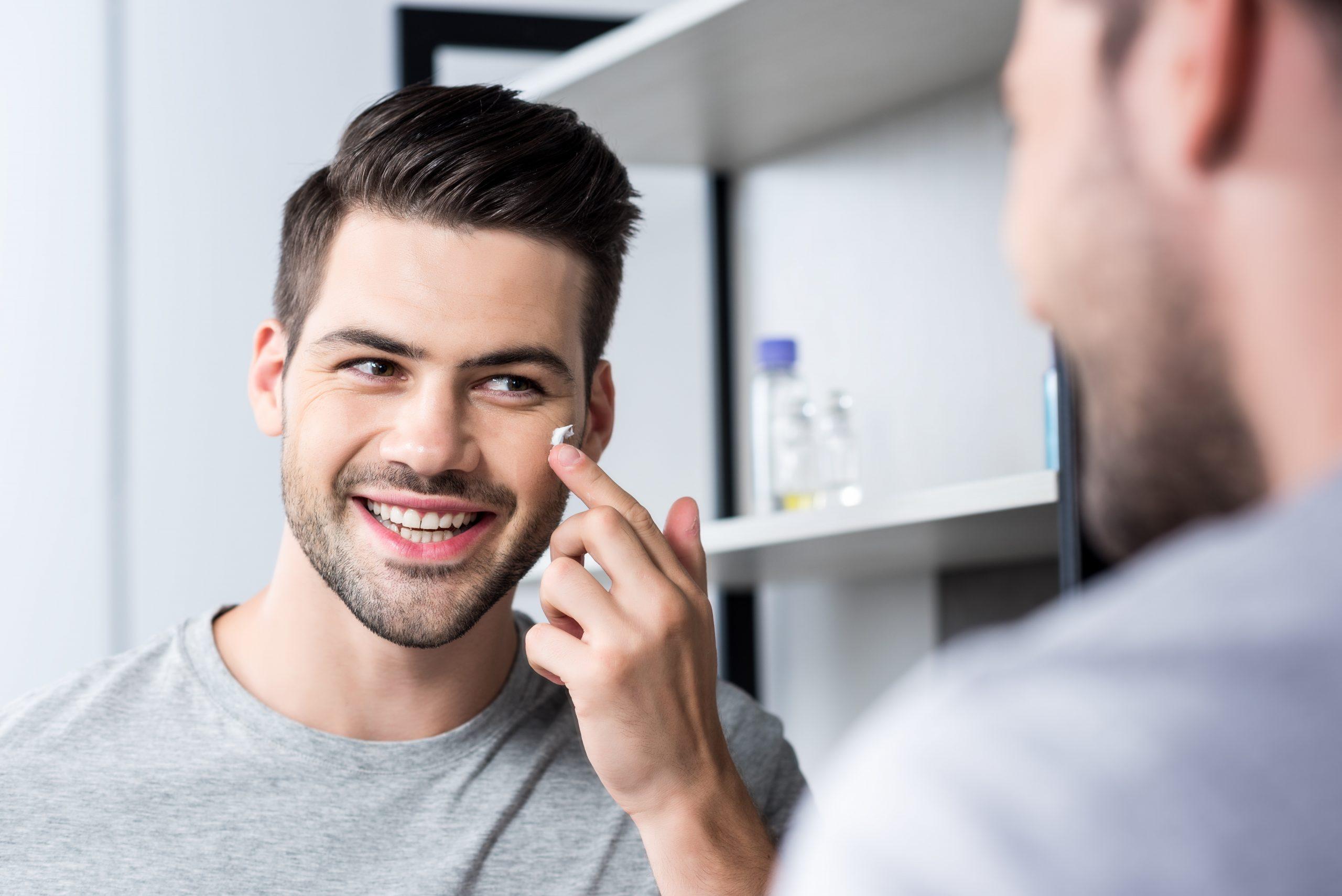 hombre colocando crema - Tips para afeitarse correctamente