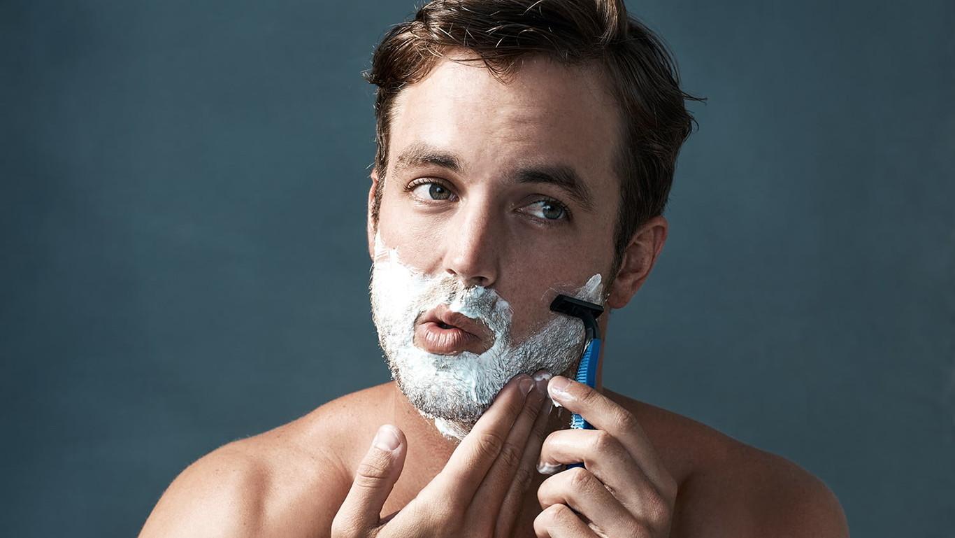 hombre rasurandose - Tips para afeitarse correctamente