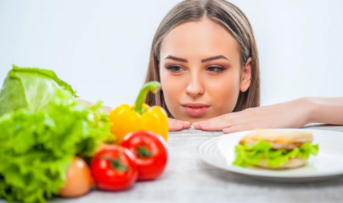 chica comiendo sano - Cómo mantener tu piel hidratada