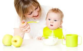 mama alimentando a bebe - Alimentación sana en bebés
