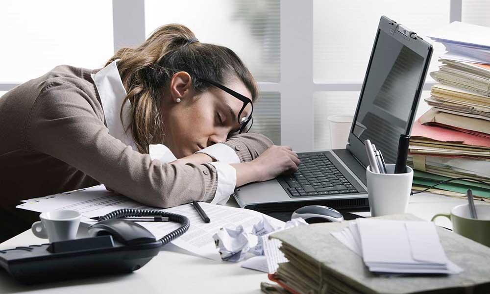 mujer con somnolencia - Cómo evitar la somnolencia diurna