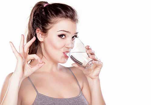 mujer toma agua - Cómo fortalecer tus defensas