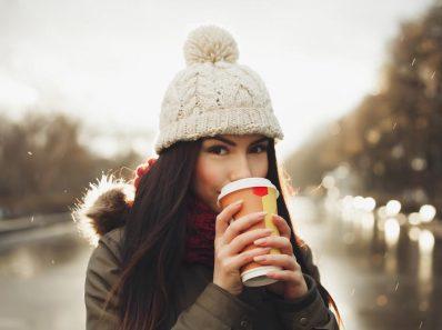 Chica toma bebida caliente