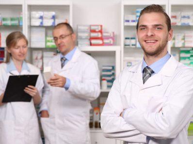 Personas en farmacia vendiendo Piroxicam de Aurax laboratorio