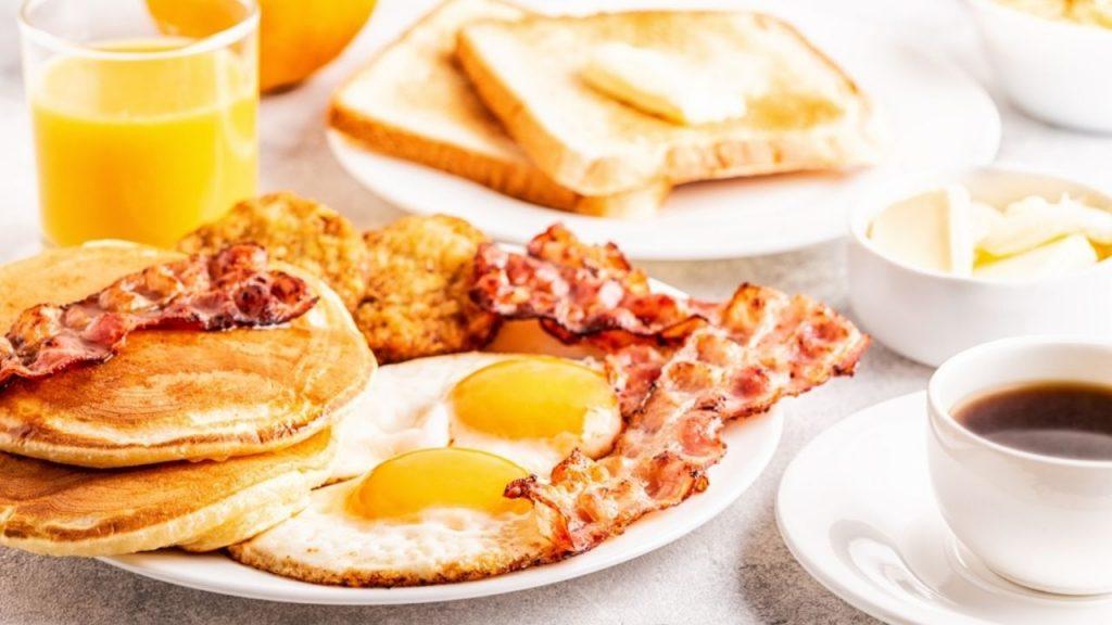 desayuno de hot cakes con cafe y huevos 1024x576 - Relájate en el fin de semana